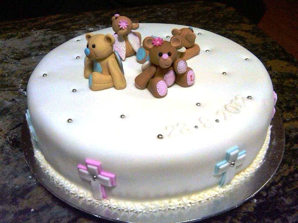 gluten free vanilla cake, sugarpaste fondant cover, sugarpaste fondant hand made bears