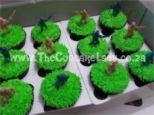 army-themed cupcakes with little plastic soldiers